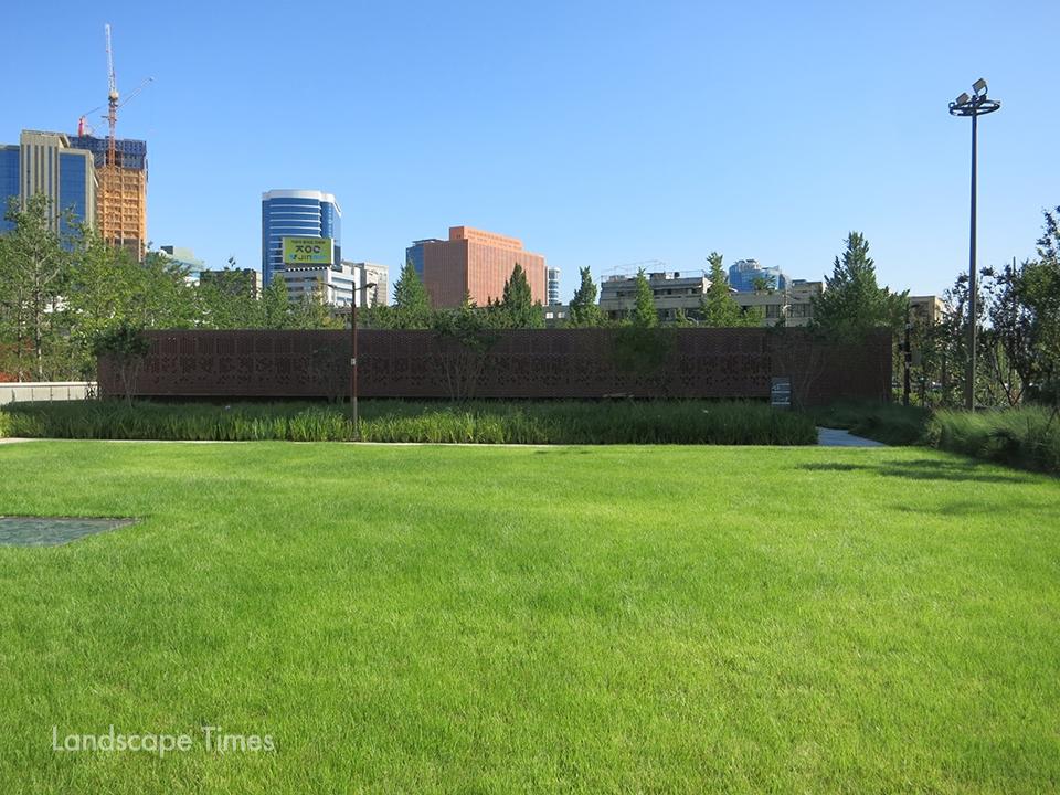 서소문역사공원 지상부의 돌출벽체 ⓒ김한배 교수
